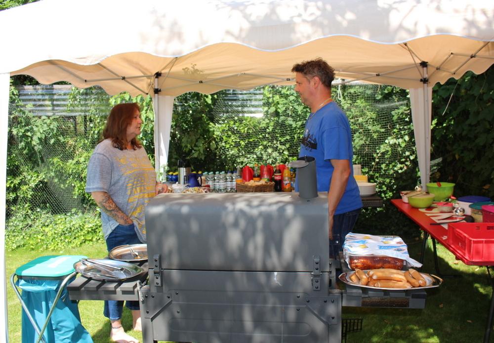 .... Tina und Fries schmeißen den Grill an ... sieht lecker aus