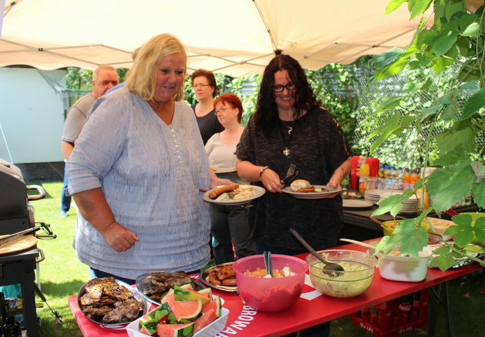 Grillfleisch und viele Salate und Beilagen ... wer die Wahl hat ...