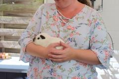 Ein Glatthaar in weiß california schwarz wartet gemütlich auf dem Arm von Antje T.